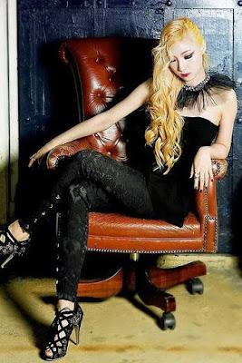dengan mengeluarkan album mini pertama berjudul  Profil Queen B'Z