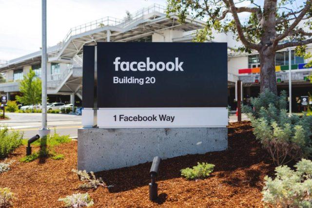 Facebook tem conduzido pesquisas de mercado para determinar se uma versão paga e sem anúncios iria incentivar mais pessoas a se juntar à rede.