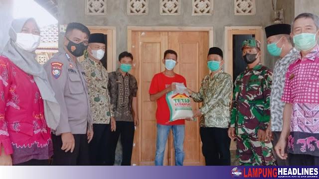 Kakon Kota Batu Bersama Uspika Kota Agung, Salurkan Paket Sembako ke 5 Warga Terpapar Covid-19