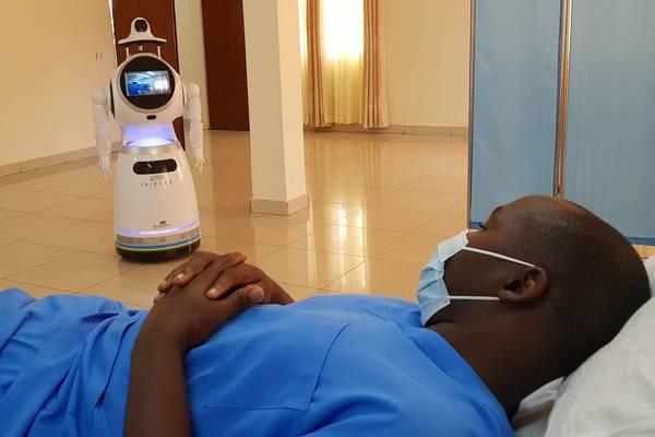 بالفيديو: أول دولة إفريقية تستخدم الروبوتات لمواجهة كوفيد 19