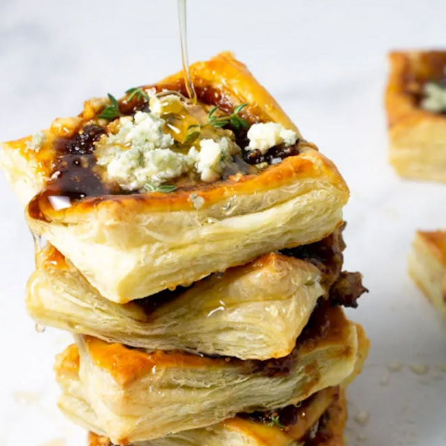 CARAMELIZED ONION TARTS WITH BLUE CHEESE