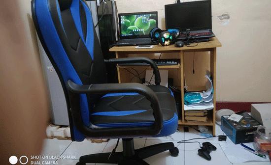 ruangan live streamer gaming dan alat alat yang digunakan