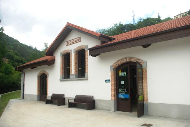 Exterior de la estación El Cadaviu, inicio de la visita