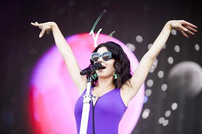"""Marina a cantora que está bombando no TikTok com """"Hermit the Frog"""""""