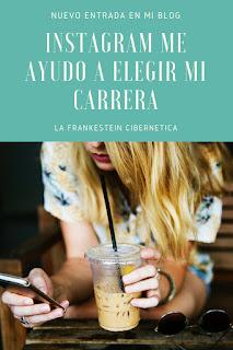 Chica rubia usando las redes sociales, intagram, tomando un cafe