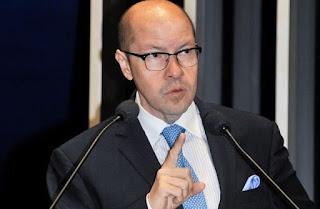 senador Demóstenes Torres (DEM-GO) é acusado de pedir dinheiro à Carlinhos Cachoeira