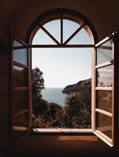 窓から望む海