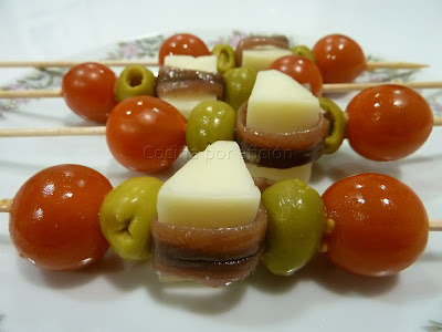 Brocheta de anchoa y queso con tomates cherry