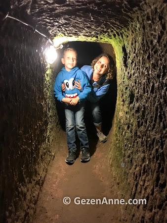 Özkonak Yeraltı şehrinde daracık tünellerde, Avanos Kapadokya