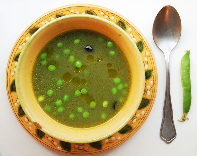 Soupe de petits pois avec cosses, courgette et olives