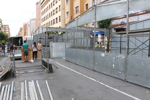 Instalación de txosnas en la avenida de la Libertad