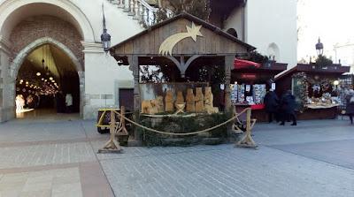 Presepe in legno nella piazza di Cracovia