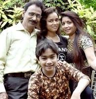कार्तिकेय मालवीय अपनी बहन और अपने माता पिता के साथ
