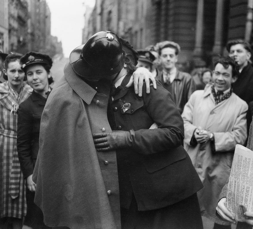 60 + 1 Heart-Warming Historical Pictures That Illustrate Love During War - A Victory Kiss, 1945
