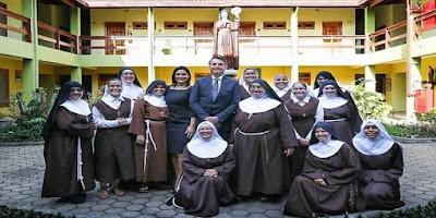imagem de Bolsonaro com a primeira dama Michelle Bolsonaro com as irmãs do mostério de Santa Clara