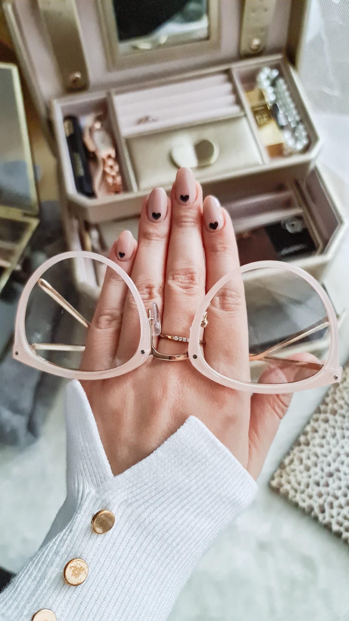 Manicure na walentynki, wzorki na paznokcie na walentynki serduszka na paznokciach