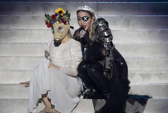 """Madonna com bailarinos usando """"máscaras"""", diz: """"Eles são tão ingênuos, e Nem todos terão um futuro"""" - Essa """"mensagem"""" faz sentido pra você?"""