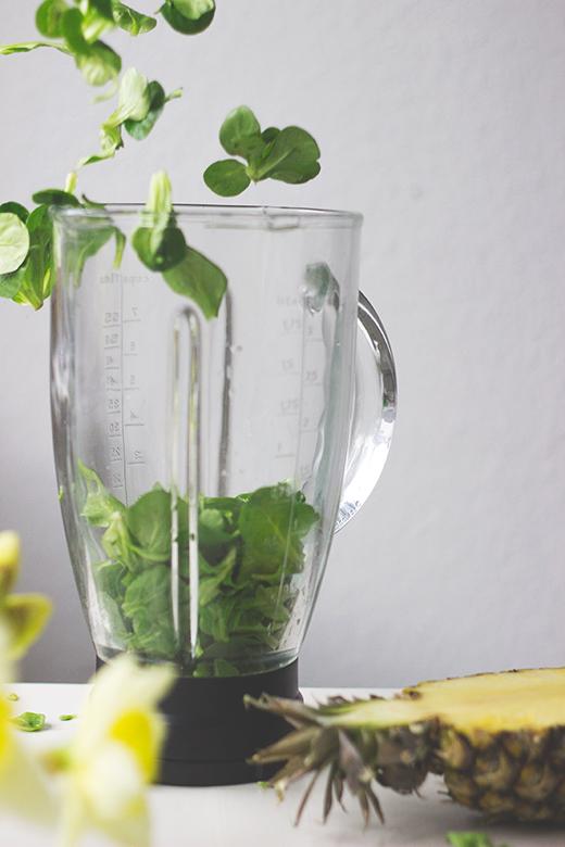 Grüner Smoothie mit Feldsalat, Ananas, Zimt und Kurkuma. Holunderweg18