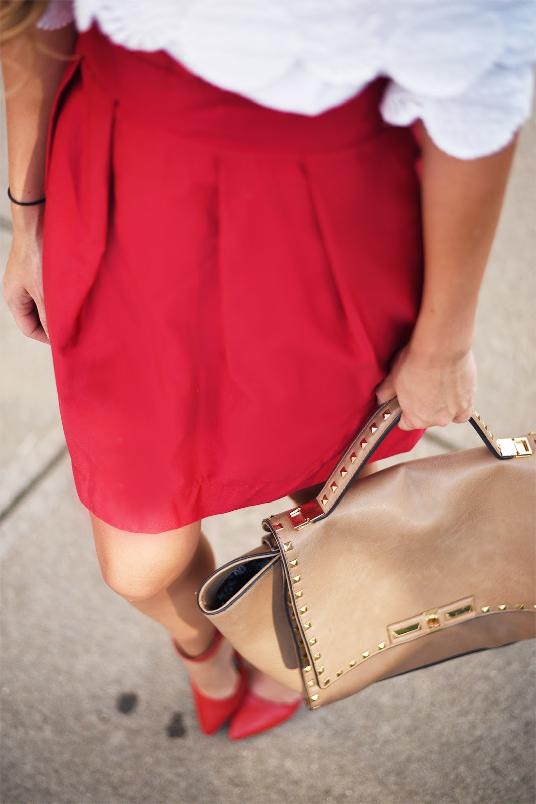Blogger-detail-shot-purse-and-shoes-focus-blur-picture