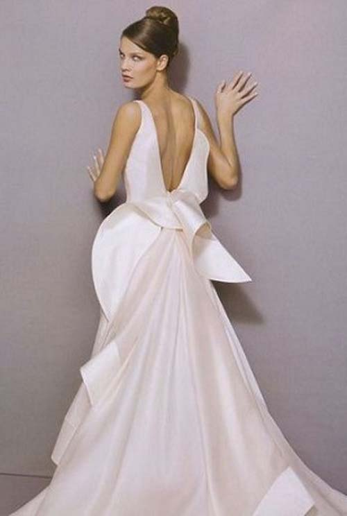 Unbelievable wedding : Glamour with a Backless Wedding Dress