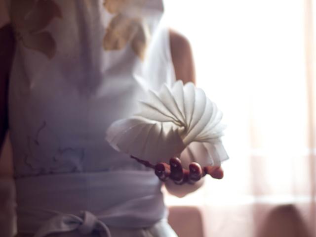 Abito da sposa eco friendly dipinto a mano  e bomboniera di carta