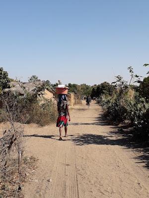 mujer-ilakaka-poblacion-far-west-fiebre-del-zafiro-en-madagascar-africa-con-enlacima