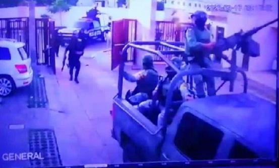 VIDEO.- Reventando el portón con blindado, así fue como se vio desde el interior a Militares y Estatales irrumpir para capturar a 10 del CDS