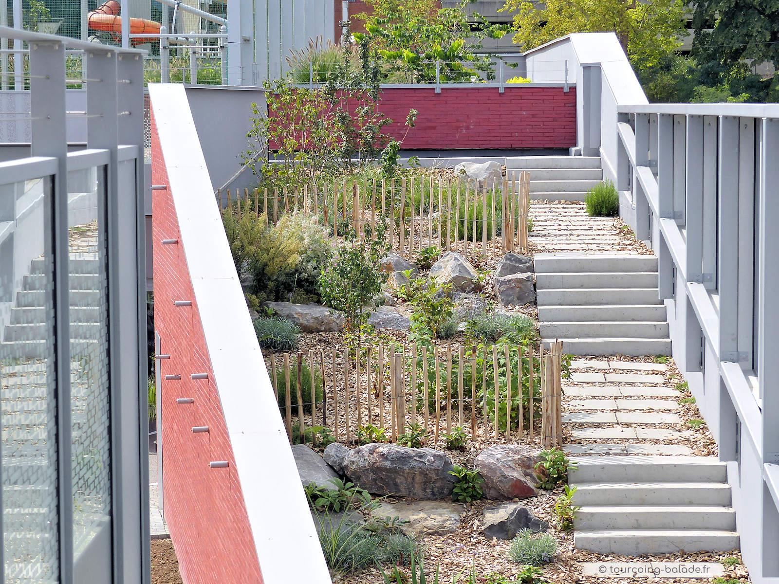 École Charles de Gaulle, Tourcoing - Escalier extérieur