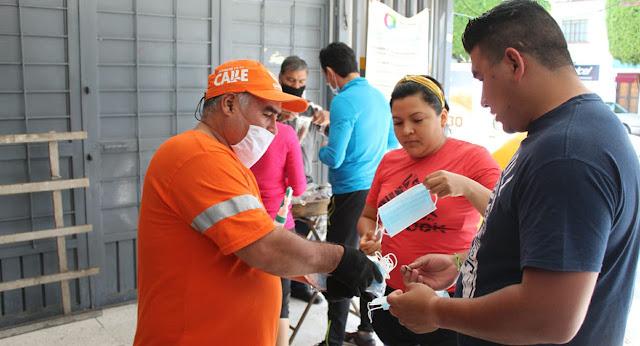 Municipio de Querétaro reparte en mercados municipales 5 mil cubrebocas