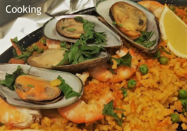 Uma deliciosa paella, preparada com camarões, lulas e mexilhões.