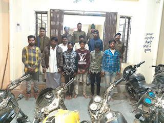 जुए के फड़ पर पुलिस का छापा, 8 आरोपी गिरफ्तार, 11500 नकदी व 3 बाइक जब्त
