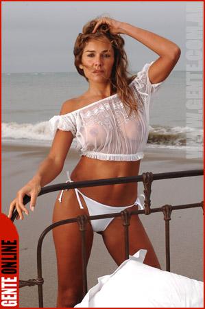 Mujer madura de pezones duros en la playa - 4 5