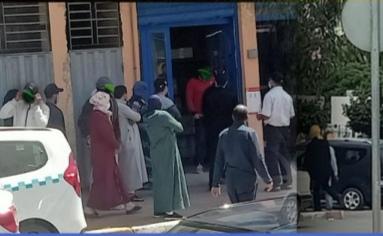 خطير عين حرودة ازدحام أمام الأبناك  و المحلات التجارية رغم التحذيرات الدولة