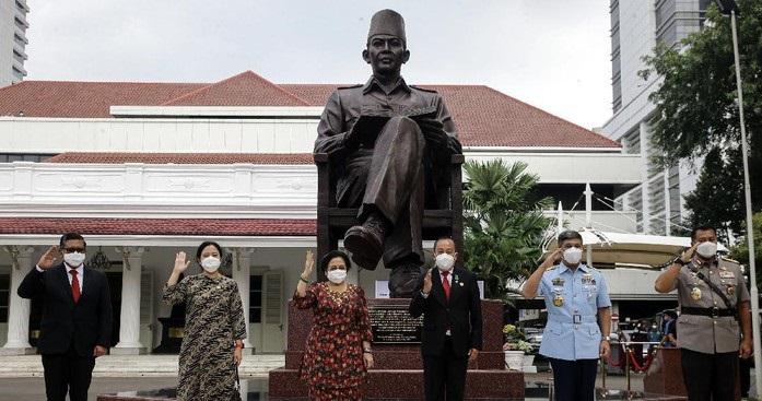 Gatot Nurmantyo Prihatin, Patung Soeharto Musnah Sementara Patung Bung Karno Bertebaran
