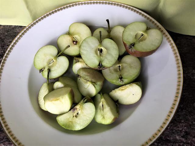 Halbierte Äpfel für Apfelmus