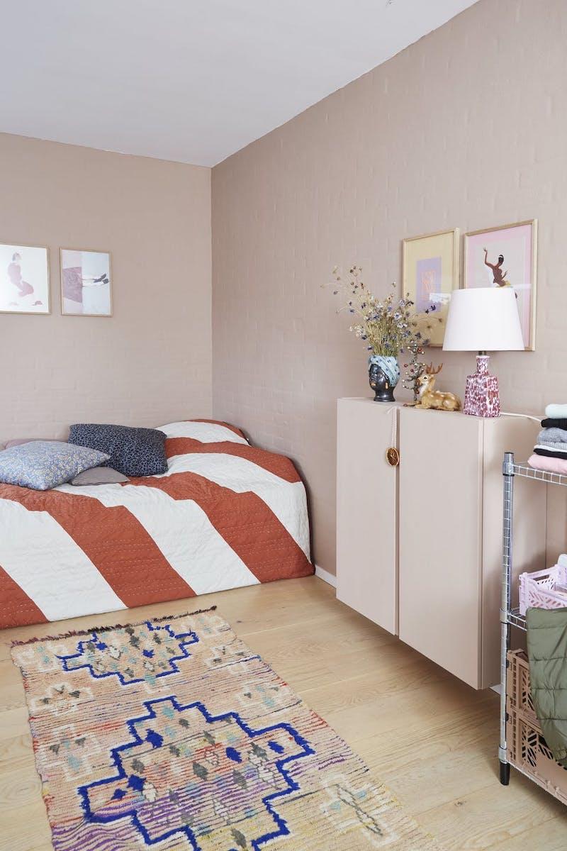 Dormitorio infantil con muebles y decoración navideña en tonos pastel