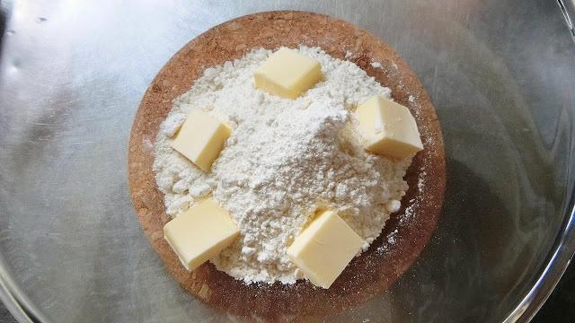 ボウルにホットケーキミックスとバターを入れて練り混ぜます。