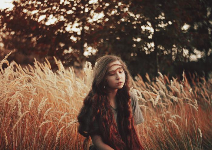 Портрет темноволосой девушки на кукурузном поле