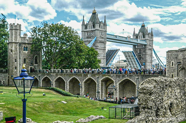 Tower Bridge de Londres abrindo para a passagem de uma embarcação