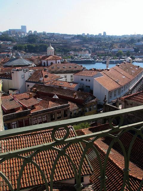 varanda com vista para o centro histórico do Porto e para o rio Douro