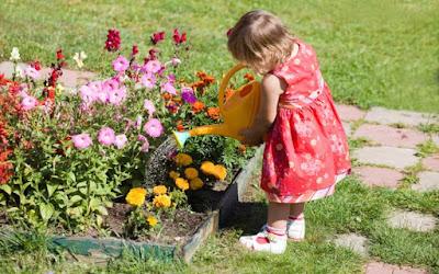 Criança Regando um Jardim - Blog do Asno