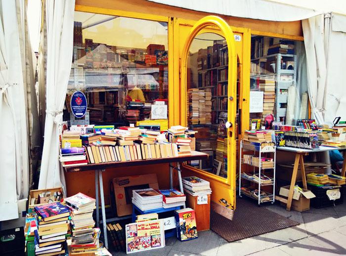 cărți uzate în Piazza dei Ciompi, Florența