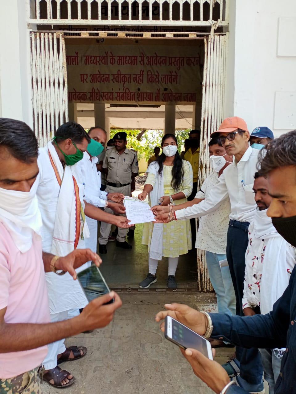 कांग्रेस कमेटी ने मनाया काला दिवस - राष्ट्रपति के नाम सौंपा ज्ञापन  थांदला । मध्यप्रदेश में 22 विधायक रूपी जयचंदो को खरीद कर प्रदेश में लोकतंत्र की हत्या कर के मध्यप्रदेश में सरकार बनाने के मंगलवार को भाजपा सरकार के 100 दिन पूरे हो गए है । मध्यप्रदेश कांग्रेस कमेटी के आव्हान पर मंगलवार का दिन काला दिवस के रूप में मनाया गया। सभी कांग्रेसजन एकत्रित हुए अपने हाथों पर काली पट्टी बांधकर मध्यप्रदेश सरकार के ख़िलाफ़ विरोध प्रदर्शन किया और थांदला तहसीलार को राष्ट्रपति मोहदय के नाम ज्ञापन दिया गया। ज्ञापन का वाचन विधानसभा अध्यक्ष युवा नेता राजेश गेंदाल डामोर ने किया। इस अवसर पर  क्षेत्रीय विधायक वीरसिंह  भूरिया, नगर परिषद अध्यक्ष मनीष बघेल, चैनसिंग डामोर, दिलीप डामोर, गुलाम कादर खान, श्रीमंत अरोरा, रालु वसुनिया एवम्  ब्लॉक कांग्रेस कमेटी के अनेक पदाधीकारी वरिष्ठ नेता आदि उपस्थित थे ।