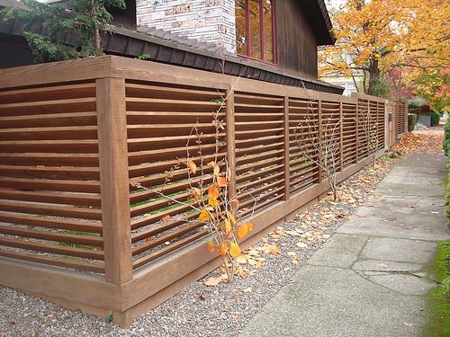 Gard simplu din lemn riflat design peisagist gard rezistent din lemn imprejmuire curte proiect gradina si gard