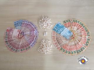 POLÍCIA MILITAR PRENDE ADOLESCENTE COM 92 PINOS DE DROGAS E MAIS DE R$1.400,00 EM DINHEIRO
