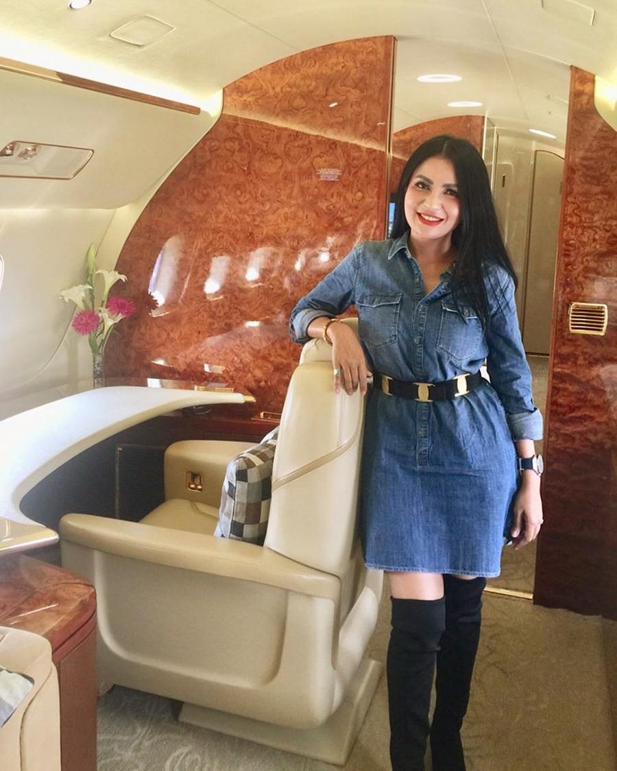 Five Vi janda seksi naik pesawat pribadi
