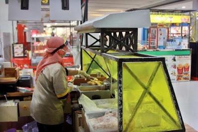 Kedai Makanan di Kota Kediri Pasang Plastik, Pelayan Pakai Sarung Tangan dan Masker