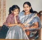 शिवांगी खेड़कर बचपन में अपनी माँ के साथ
