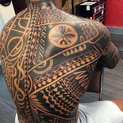 Muchacho de espaldas con tatuaje maori