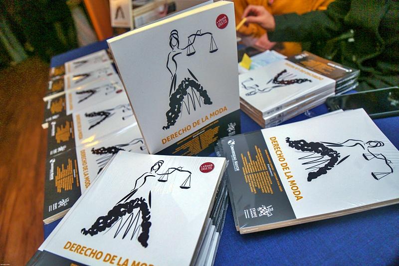 exhibición de libros libro Derecho de la moda en su lanzamiento en el Museo de la Moda